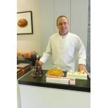ARNAUD LARHER-MOF pâtissier dans sa boutique